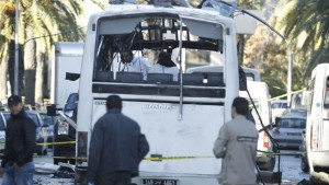 Tunisian forensics police inspect a Tunisian presidential guard bus at the scene of a suicide bomb attack in Tunis, Tunisia November 25, 2015. REUTERS/Zoubeir Souissi