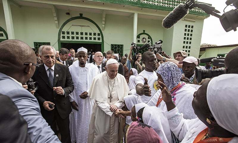 Pope Francis outside the Koudoukou mosque credit- dawn.org