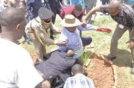 The Malawian President ,Peter Mutharika fell into a hole while trying to plant a tree. News sources say that the president has not been in good health for some time now. Credit: malawi24.com